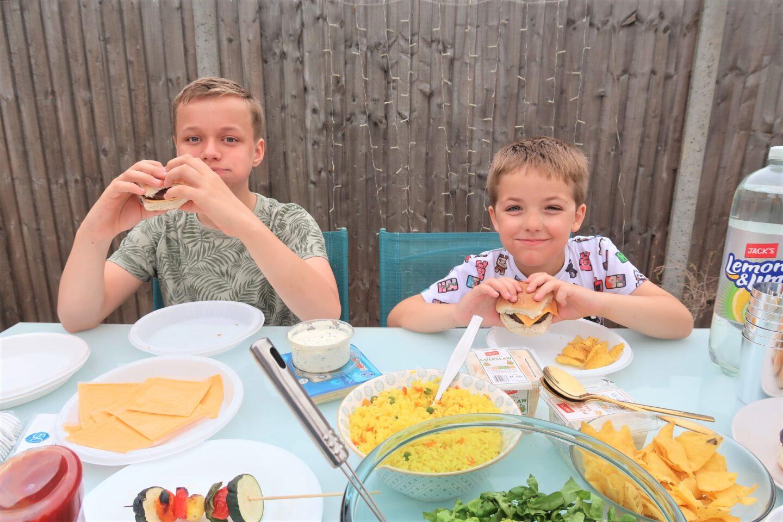 2 boys eating burgers
